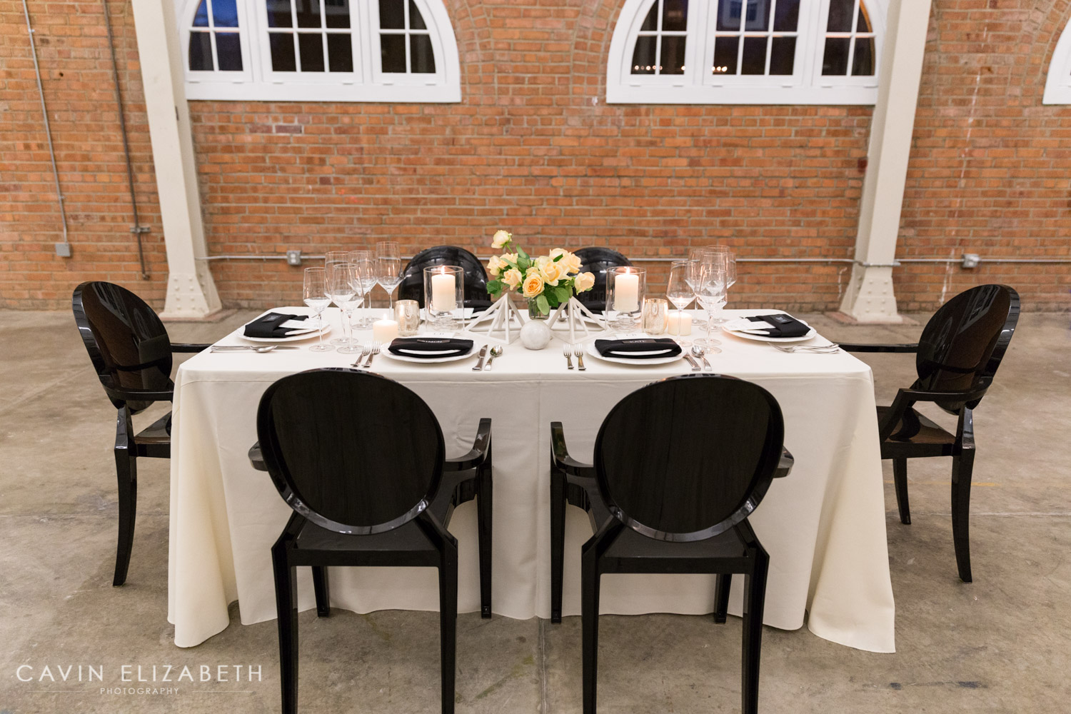 Chic wedding inspiration at brick w cavin elizabeth for Black and white reception tables